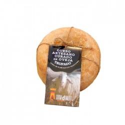 Fromage de chèvre guéri avec de la truffe.